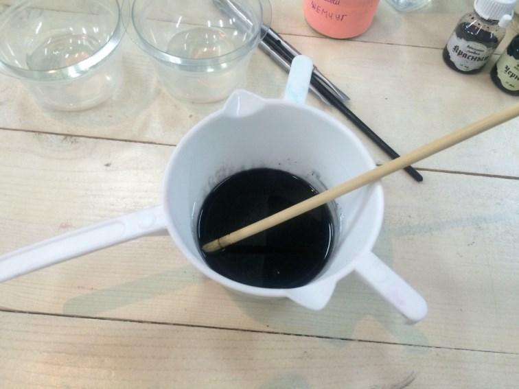 Окрашиваем мыльную основу в черный цвет